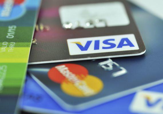 Emisores de tarjetas de crédito cobran tarifas de equivalencia de efectivo por compras en Coinbase