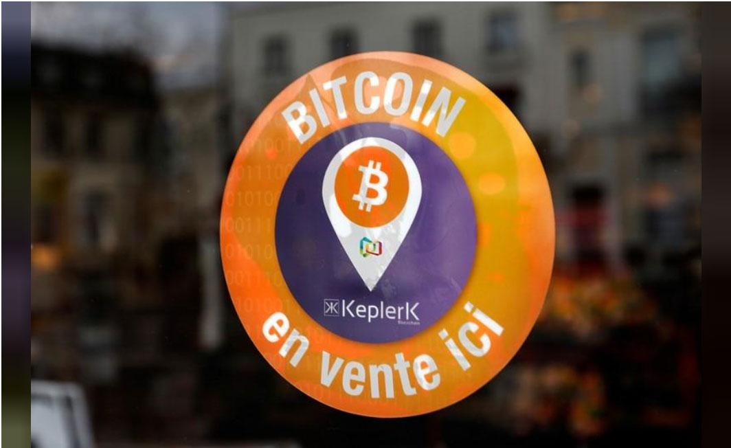Etiqueta de la startup Francesa Keplerk que indica que pueden comprar bitcoin en la tienda / Foto Reuters 2019