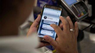 Economista asegura que casi 6 millones de personas aún no utilizan el bono en petros entregado por Nicolás Maduro