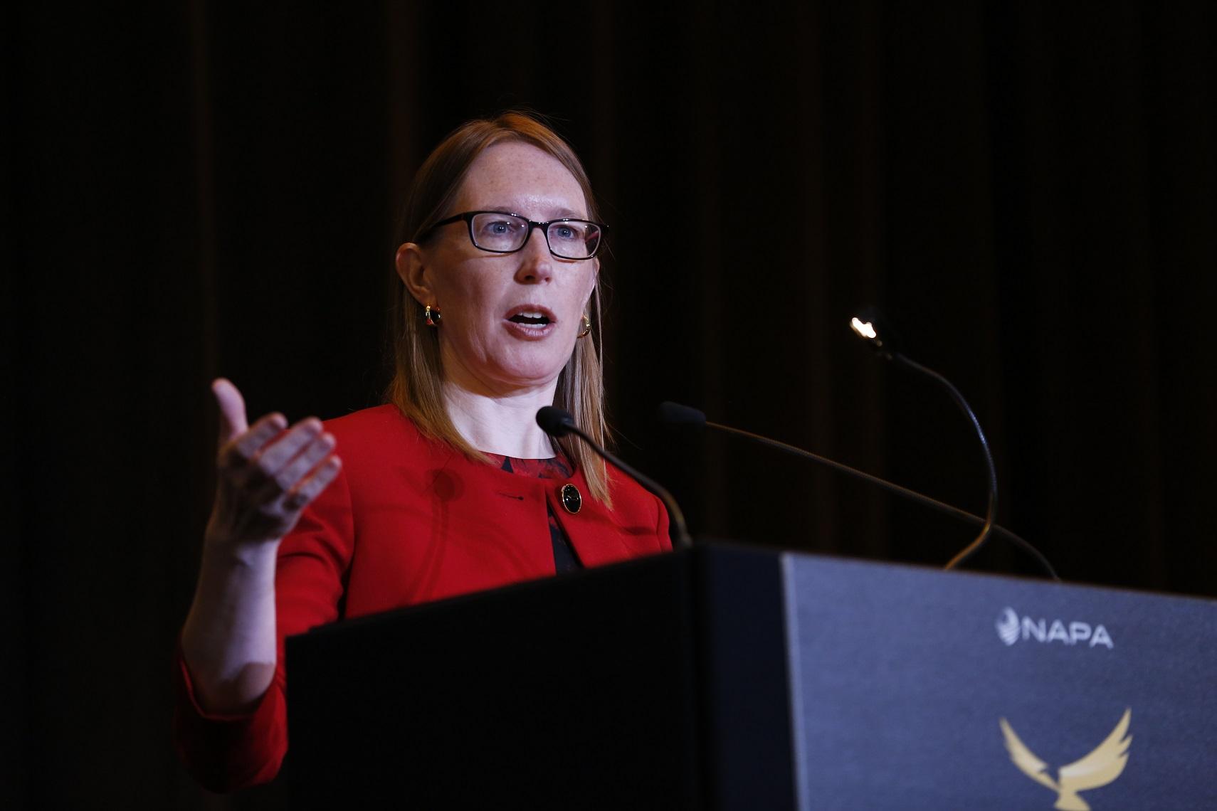 Comisionada de la SEC, Hester Peirce, pide claridad legal y libertad para experimentar sobre DeFi