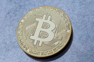 """Real Academia Española reaviva el debate sobre la acentuación y el tipo de palabra de Bitcoin, asegurando que en español debe escribirse """"Bitcóin"""""""