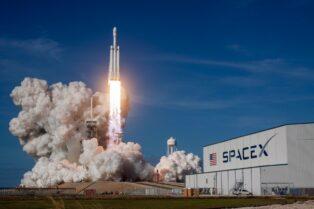 SpaceX, compañía liderada por Elon Musk, lanzará una misión espacial comercial pagada con Dogecoin a bordo de un cohete Falcon 9