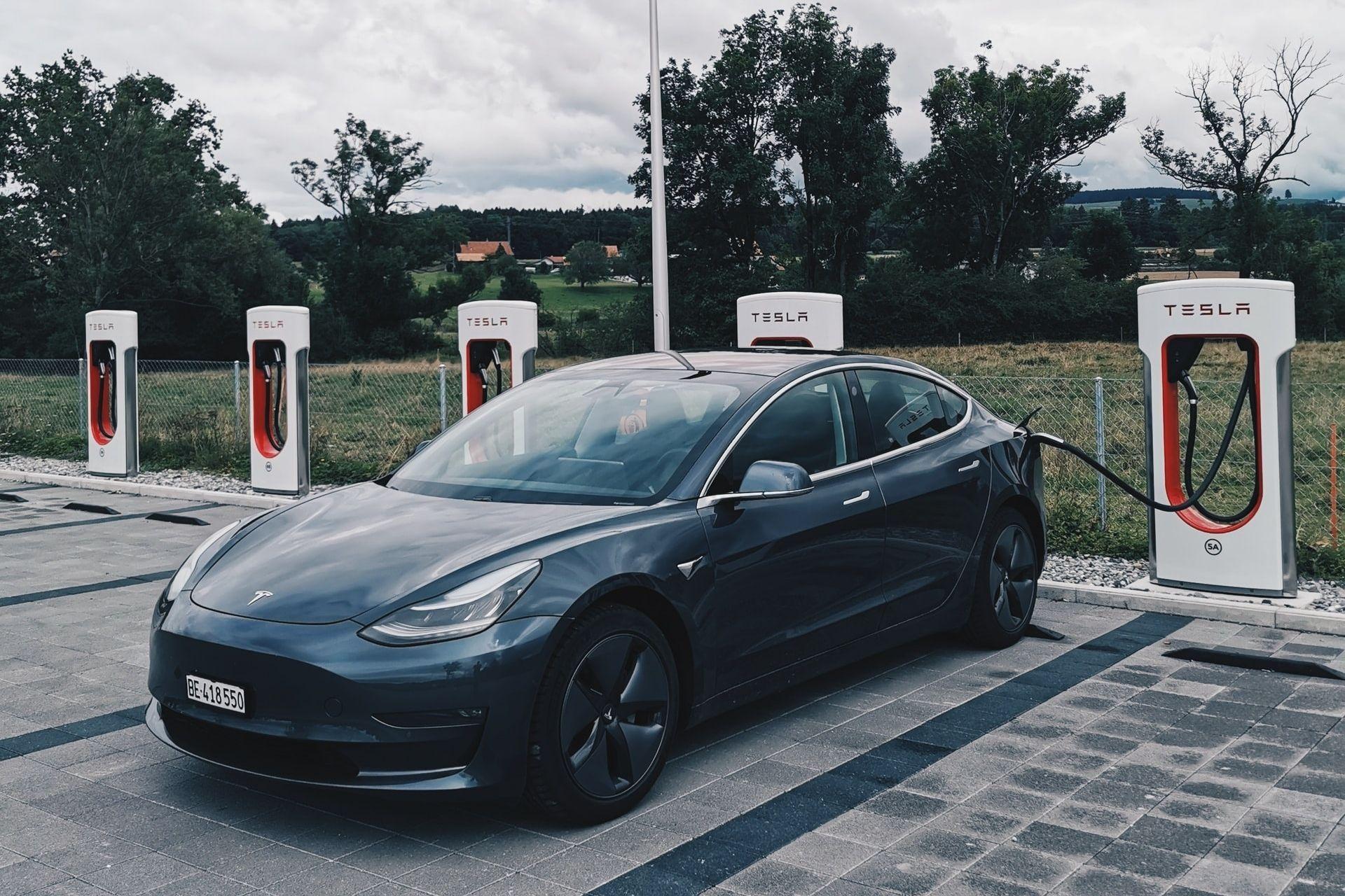 Tesla y BHP explorarán el uso de la tecnología blockchain para hacer más sostenible la cadena de suministro de las baterías para vehículos eléctricos